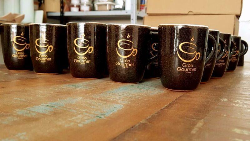 Caneca cerâmica café com alça novas na mesa